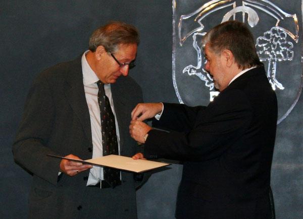 Herr Paul erhält die Verdienstmedaille