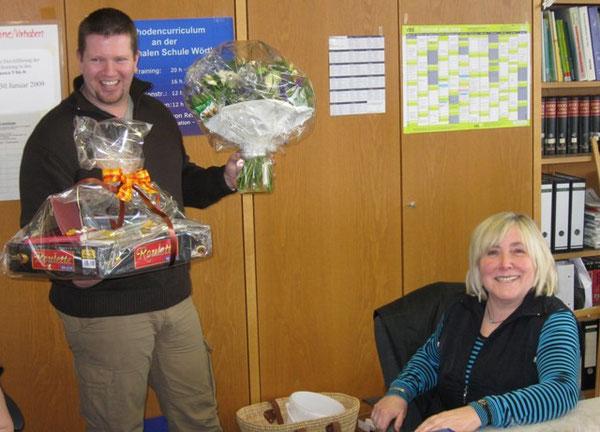 Personalrat Martin Kleist überreicht Frau Blessinger das Abschiedsgeschenk des Kollegiums