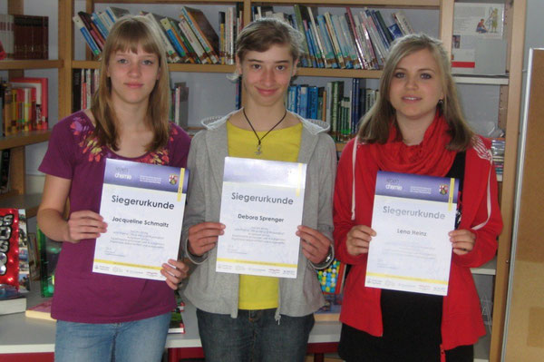Stolz nahmen Jaqueline Schmaltz, Debora Sprenger und Lena Heinz (alle 8d) ihre Siegerurkunden entgegen