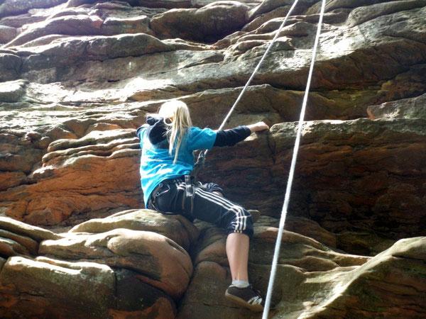 """Sich einfach mal hängen lassen. Ob in der Kletterhalle oder wie hier am Fels - in der AG """"Über Grenzen klettern"""" kein Problem!"""