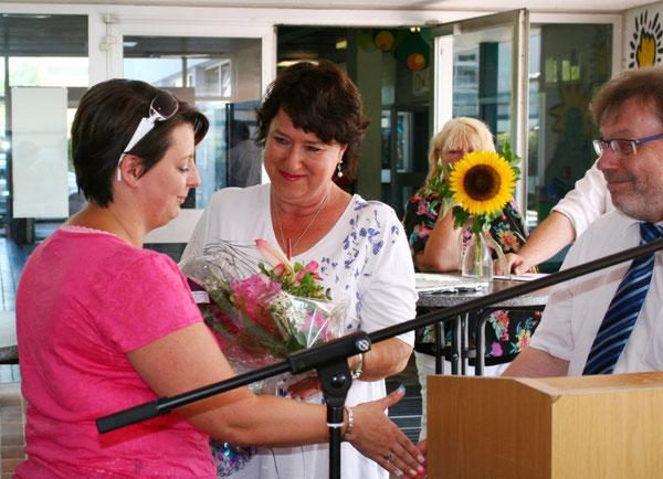 Herr König (Schulleiter der IGS) und Frau Steinbrecher (Personalratsvorsitzende der IGS ) bedanken sich bei Frau Müller (links)