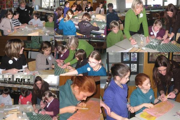 Im Schnupperunterricht Bildende Kunst durften die Schülerinnen und Schüler ein Amulett aus Speckstein herstellen. Frau Schüssler und Frau Follenius waren gerne behilflich.