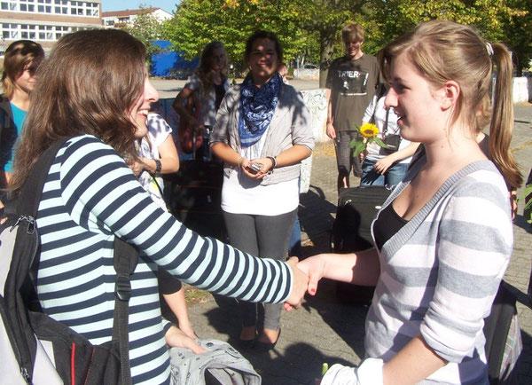Shake hands - Magedalena begrüßt ihre Austausschülerin