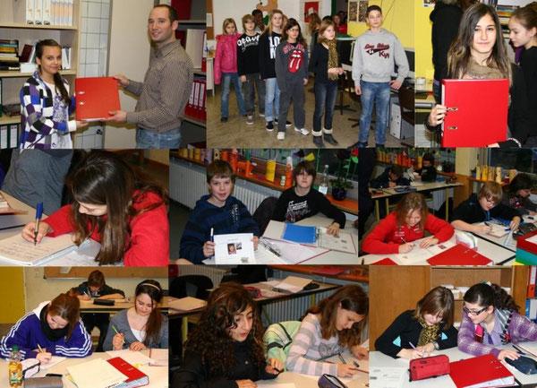 Austeilen der Ordner in der Lernwerkstatt / Die Ordner wurden im Rahmen von Klassenleiterstunden angelegt