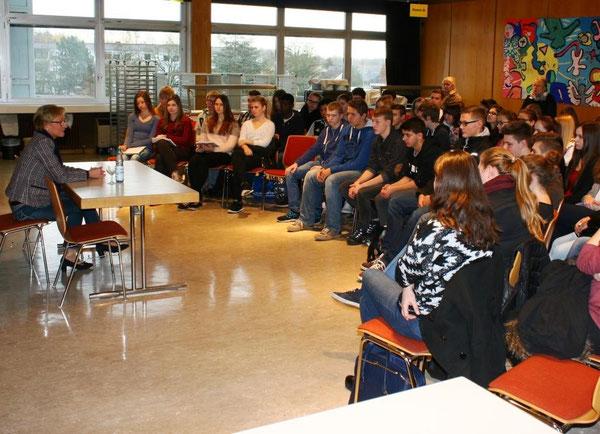 Frau Schleicher-Rothmund im Gespräch mit unseren Schülerinnen und Schülern