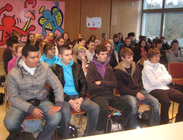 Die Schülerinnen und Schüler der 10. Klassen lauschten zunächst interessiert den Ausführungen der beiden Abgeordneten, später entwickelte sich eine lebhafte Diskussion über historische und tages- aktuelle Themen