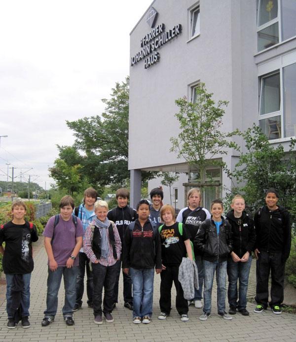 Gruppenfoto vor dem Altenzentrum
