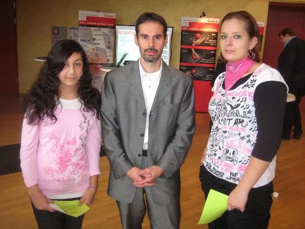 Shalimar und Denise zusammen mit Stefan Reiser, dem Energiebeauftragten unserer Schule