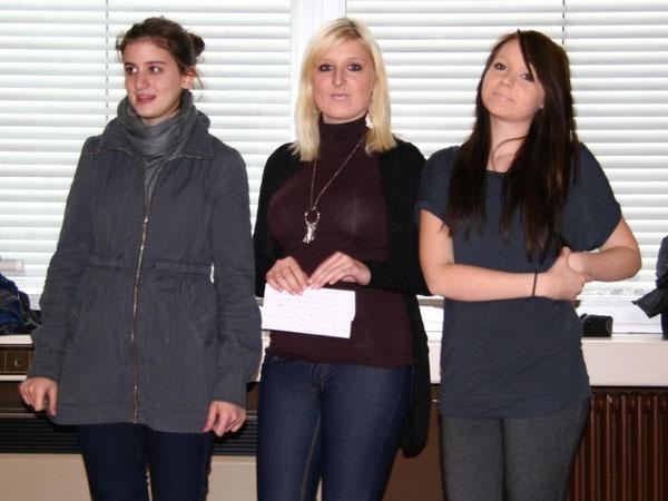 Rabia, Jessica und Sabrina erläutern das Filmprojekt