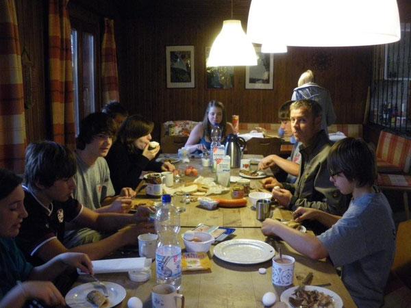 Es geht doch nichts über ein nahrhaftes und ausgewogenes Frühstück in geselliger Runde. Und Isabels Pfannkuchen waren sowieso vom Feinsten!