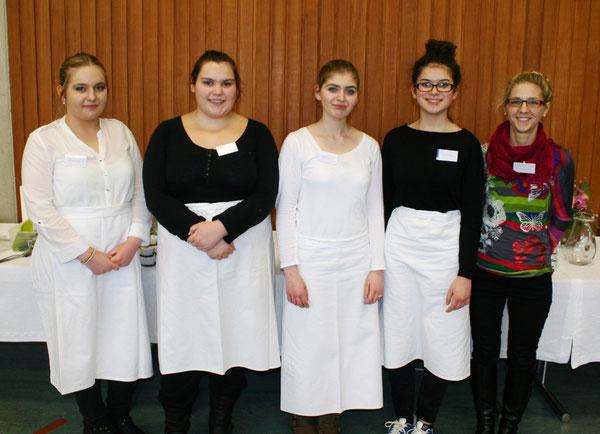 Laura Haraschin (10a), Semira Ugljanin (10b), Cigdem Yilmaz (10a), Zehra Temür (10b) und Frau Ulms Tochter Laura, die geniale Kuchenbäckerin