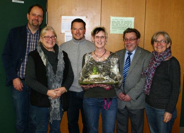 Das Schulleitungsteam sowie die Personalratsvorsitzende der Realschule plus, Frau Walter-Hüsch, nehmen Abschied von Frau Valbon