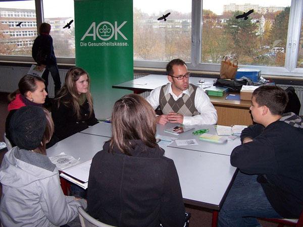 Ein Vertreter der AOK informiert über Möglichkeiten der Ausbildung