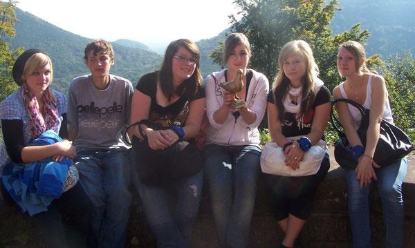 SchülerInnen mit der Siebenpfeiffer-Friedenstaube