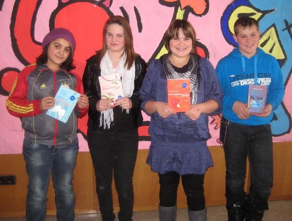 v. l. n. r.: Melike Özcelik (6c), Annika Wurster (6a), Semira Ugljanin (6b) und Schulsieger Manuel Klingbeil (6d)
