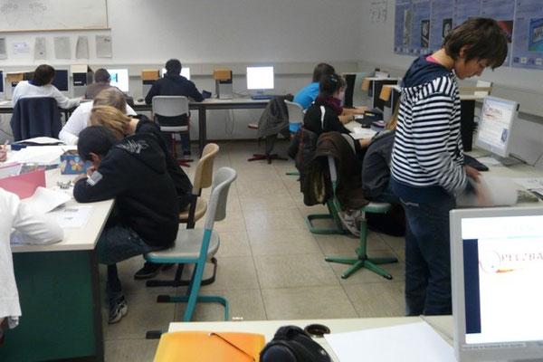 Die Klasse bei der Internetrecherche im Computerraum