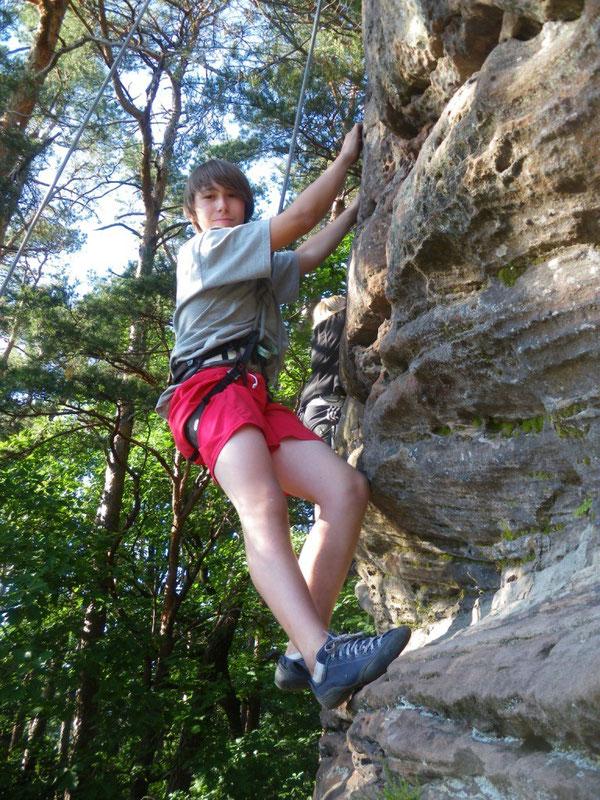 Simon hängt etwas weiter rechts in einem größenabhängigen VIer gaaaaaaaanz cool und richtig entspannt im Seil!