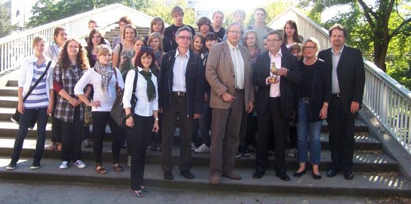 Gruppenfoto zusammen mit Bürgermeister Harald Seiter (er hält die Siebenpfeiffer-Friedenstaube in seinen Händen)