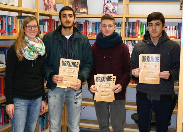 v.l.n.r.: Frau Fath (Vorsitzende der Fachkonferenz Sport), Feyssal Oriachel (9a), Dario Prenzyna (9a) und Oktay Akin (9d)
