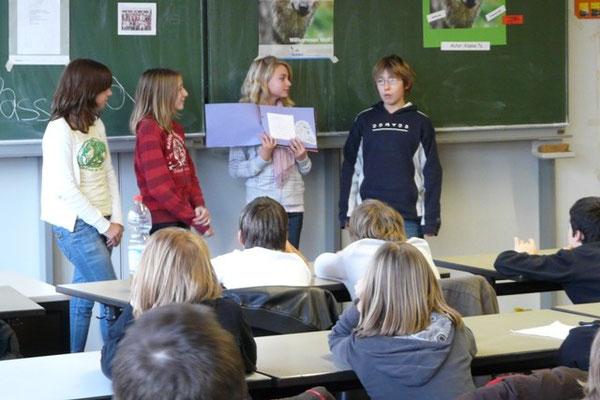 Stolz präsentieren die Schülerinnen und Schüler der Klasse 7a den Zuhörern die Ergebnisse ihrer Arbeit