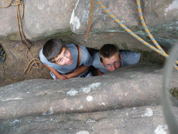 Guckst du? - Jochen Lemke und Henning Piper schützen sich vor Wind und Wetter in einer Felsspalte. Ihren Aussagen zufolge soll es dort sehr gemütlich gewesen sein ...