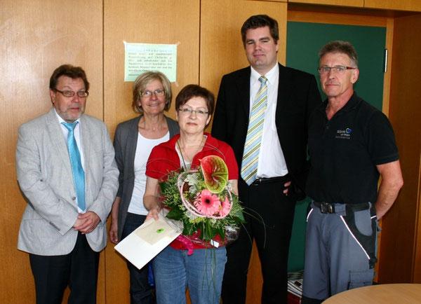 v.l.n.r.: Herr König (Direktor der IGS), Frau Ulm (Konrektorin der RS plus, Frau Knoll, Herr Gröger (Vertreter der Stadt Wörth), Herr Wilhelm (Hausmeister der IGS/RS plus Wörth)