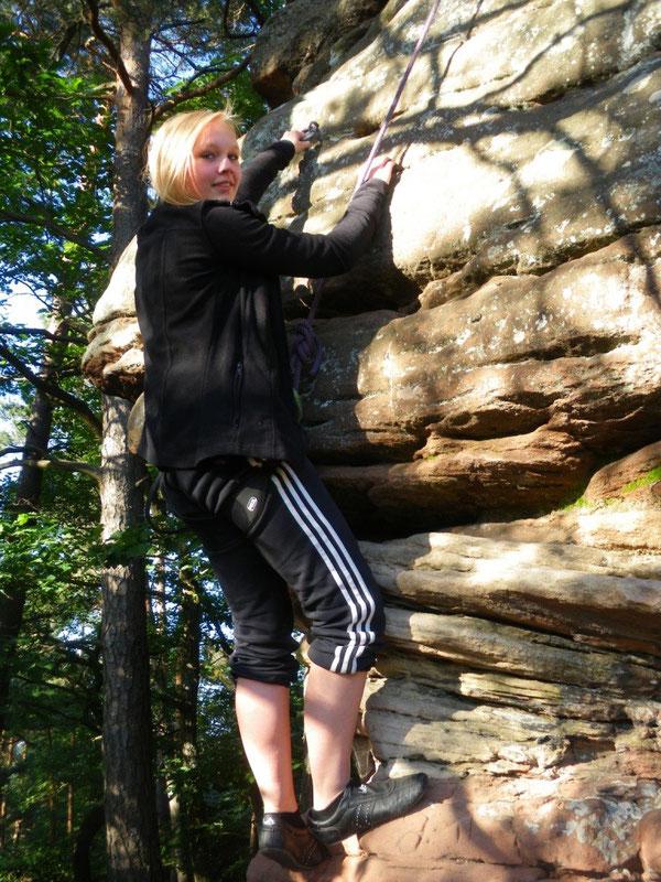 """Michelle schummelt ein wenig, um an den Griff zum Normalweg des """"Lautrer Turms"""" zu gelangen. Manchmal muss man sich eben technisch weiterhelfen, wenn man auf den Gipfel möchte!"""