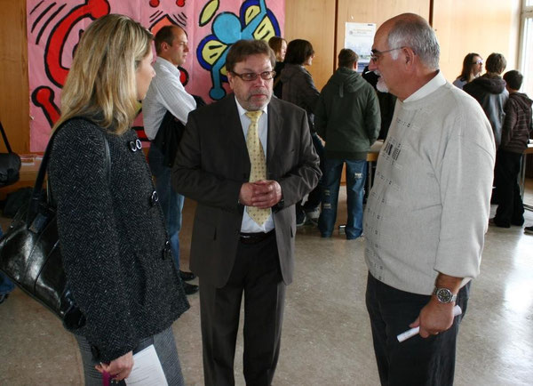 Herr Szabo (rechts) im Gespräch mit dem Direktor der IGS Wörth, Herrn Karlheinz König sowie der Stufenleiterin Frau Daniela Micek, die den Tag der Berufe auch an der IGS etablieren wollen