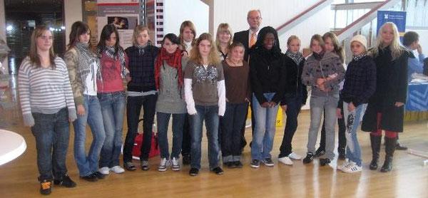 Lehrerin Marliese Hirsch und ihre Mädchen von der AG Schwarzlichttheater