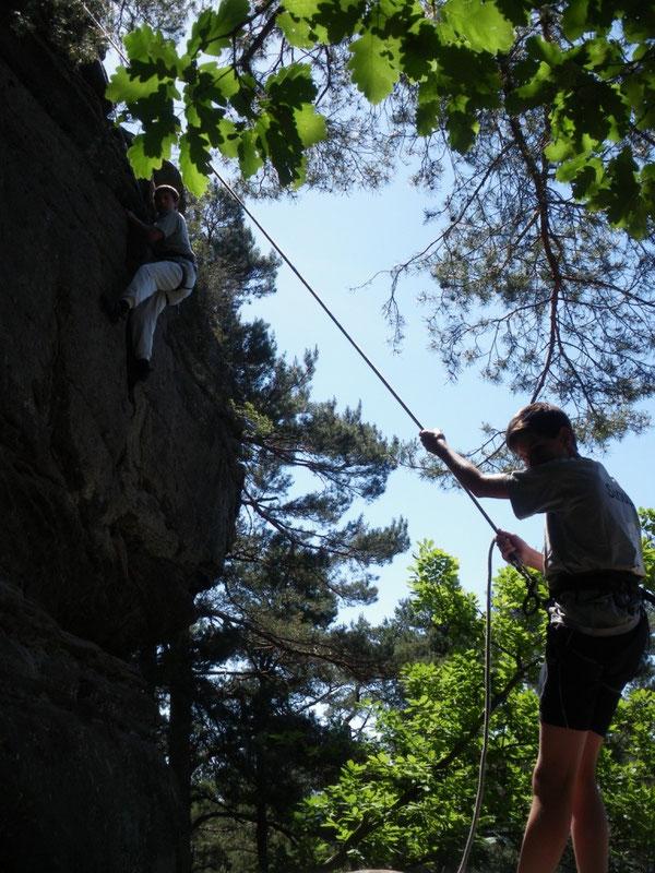 Jochen Lemke (oben) und Philipp Sutter (unten), zwei Schüler, die sich wie hier beim Toprope-Klettern immer aufeinander verlassen können.