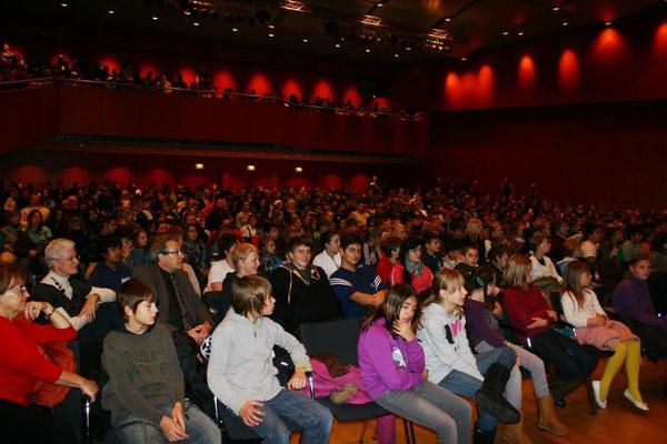 Die Festhalle war mit den Schülerinnen und Schülern sowie den Kolleginnen und Kollegen der Realschule plus und der IGS Wörth voll besetzt