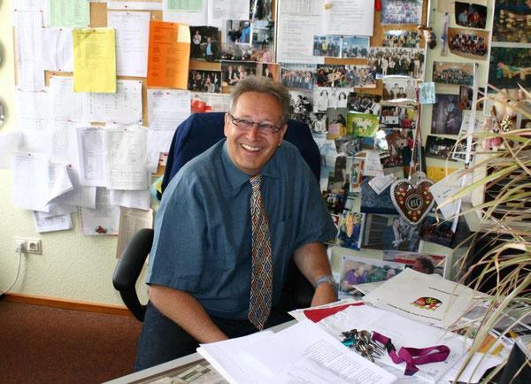 Joachim Paul in seinem Arbeitszimmer, das zum nächsten Schuljahr der Direktor der IGS Wörth, Herr Karlheinz König, beziehen wird. Der Umzugswagen ist schon bestellt ...