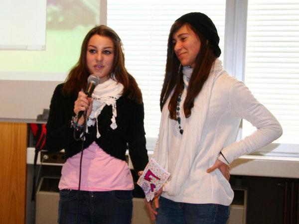 Shari und Nina bei der Verabschiedung
