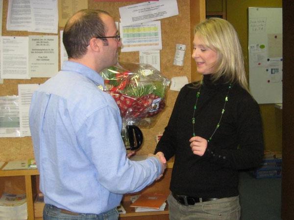 Herr Geeck überreicht Frau Gauly zum Abschied einen Blumenstrauß