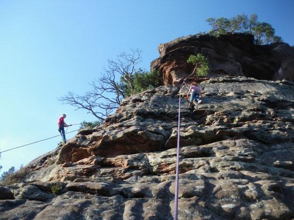 Ein Fels und strahlender Sonnenschein lassen das Herz eines jeden Kletterers höher schlagen