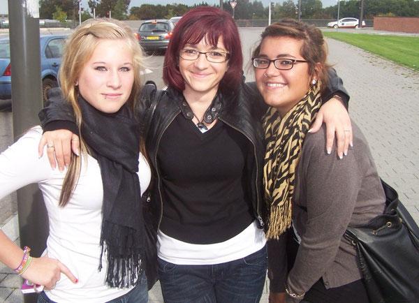 Die polnische Lehrerin Monika Kokol zusammen mit zwei deutschen Schülerinnen
