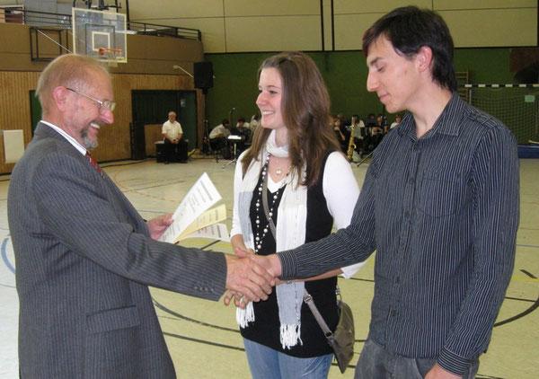 Wettbewerbsleiter Dr. Kilian überreicht Melanie Böser und David Stephany die Urkunde