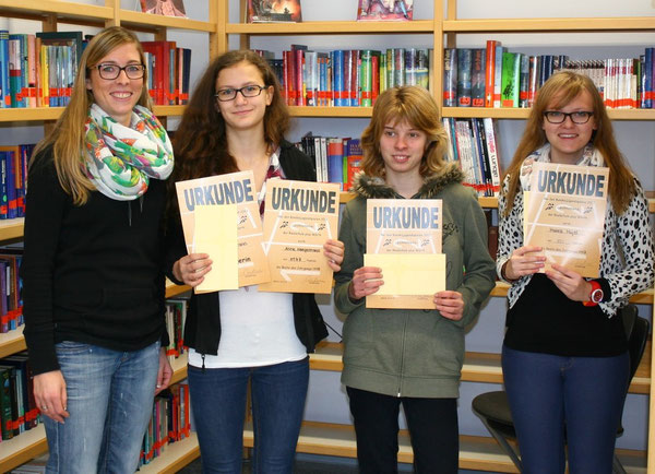 v.l.n.r.: Frau Fath (Vorsizende der Fachkonferenz Sport), Anne Haegermann (9a), Nadine Bonn (9d) und Mathea Majer (9b)