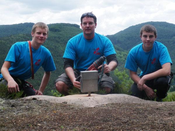 """Die Gipfelbuchhülse zu bohren war keine leichte Arbeit. Aber seit dem 22.06.2010 hat der """"Lautrer Turm"""" nun ein Gipfelbuch. Die Kletter-AG """"Über Grenzen klettern"""" hat es während des Klettercamps gestaltet und aufgelegt."""