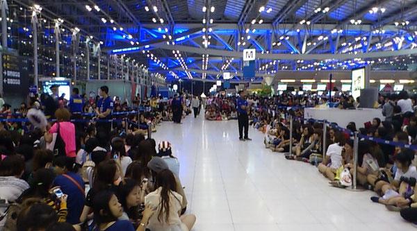スワンナプーム国際空港 あなたが帰国するときこのように多くの女の子が見送ってくれます!