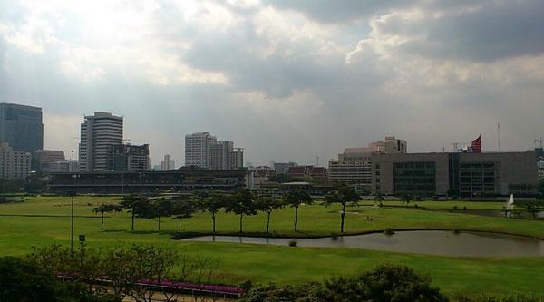 ラチャダムリ駅前に競馬場とゴルフ場が目の前にあります。
