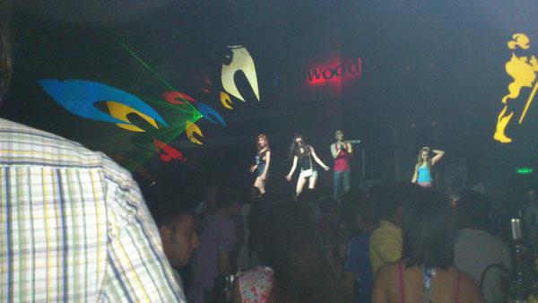 ステージにはコヨーテが踊っている