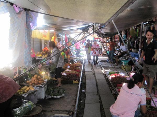 タラートロムフープ(傘をたたむ市場)