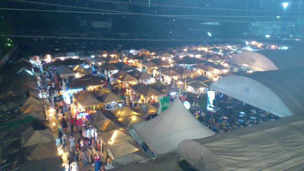 オンヌット駅前の市場