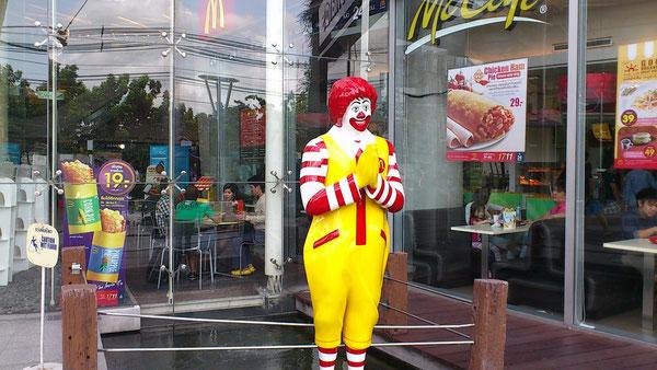 タイのマクドナルドではワイ(合掌)をしている