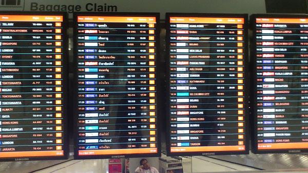スワンナプーム国際空港の電光掲示板 諸外国から多くの観光客が訪れる