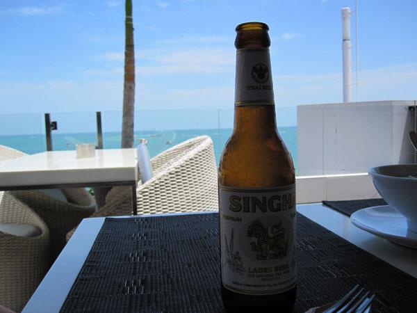 常夏のパタヤで飲むシンハービールは格別だ。