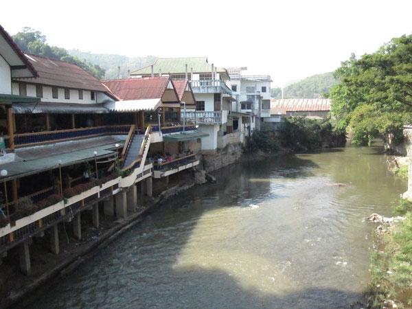 川を渡ればミャンマーだ。 メーサイにて