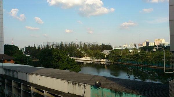 サナームパオ駅東側には池があります。