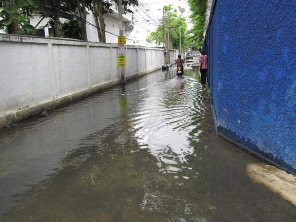 雨が降ると道が水没する